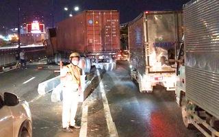 Video: Xe container 'cày nát' hàng chục mét dải phân cách trên cầu Sài Gòn