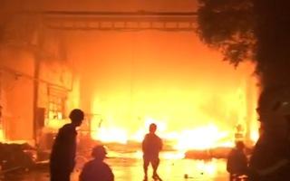 Video: Cháy lớn trong KCN Tân Tạo, khói đen bốc cao hàng trăm mét