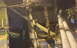 Video: Cột điện đang lắp đặt bị ngã, đè vào nhà dân