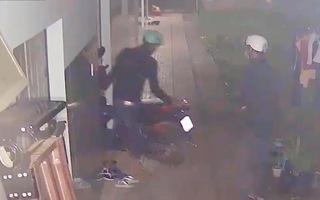 Video: Trộm lăm lăm bình xịt hơi cay trộm 2 xe máy ở Bình Dương