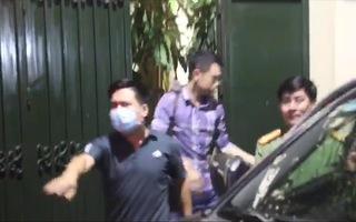 Video nóng: Vừa khám xong nhà ông Nguyễn Đức Chung, cơ quan chức năng thu giữ nhiều tài liệu