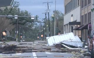 Video: Siêu bão Laura tấn công Mỹ, phá huỷ hàng trăm km đất liền