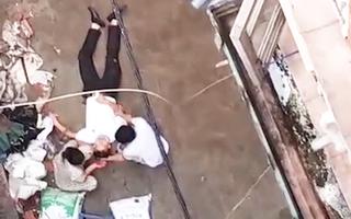 Video: Đang đi bộ, người đàn ông bị xe rùa từ tầng 5 rơi trúng người