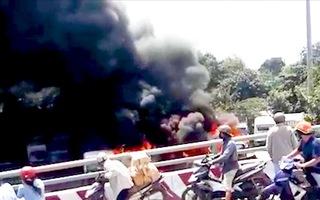 Video: Cháy bãi xe cũ, làm 10 xe buýt, xe tải bị thiêu rụi ở TP.HCM
