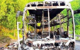 Video: Xe khách giường nằm chở 40 hành khách cháy rụi trong đêm