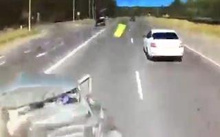 Video: Ôtô bị tông bẹp dúm khi đang chờ qua đường