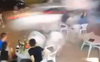 Video: Kinh hoàng ôtô lao vào quán ăn húc bay 3 người
