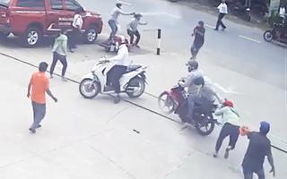 Video: Hai tên cướp dùng dao và xịt hơi cay chống trả khi bị người dân vây bắt
