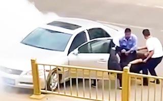 Video: Giải cứu tài xế đâm xe vào lan can đường