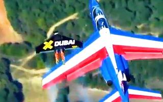 Video: Đội Jetmen Dubai bay theo máy bay bằng bộ đồ phản lực, tốc độ lên tới 400 km/h