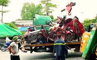 Video: Container đâm nát xe ôtô 4 chỗ đang chờ đèn đỏ, 3 người tử vong