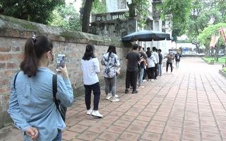 Video: Sĩ tử đeo khẩu trang, xếp hàng dài vào Văn Miếu trước ngày thi tốt nghiệp THPT