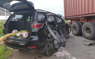 Video: Container đâm trực diện ôtô 7 chỗ, một cháu nhỏ tử vong