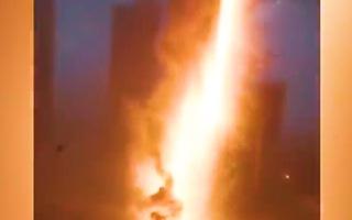 Video: Tia sét đánh trúng vào một tòa nhà đang xây, gây cháy lớn