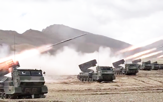 Video: Tiếng nổ vang trời tập trận bắn đạn thật tại Tây Tạng ở độ cao hơn 4.900m