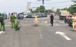 Video: Cụ bà đang đi qua đường bị xe ôtô tông tử vong, tài xế lái xe bỏ chạy