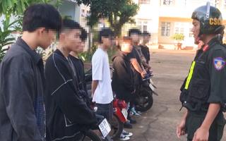 Video: 8 thanh niên, học sinh tàng trữ cần sa và dụng cụ xay cần sa bị cảnh sát bắt quả tang