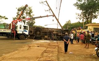 Video: Xe tải đâm gãy cột điện trung thế, 2 người thương vong, nhiều khu vực bị mất điện