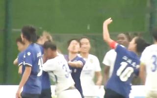 Video: Bị nhận thẻ đỏ, nữ cầu thủ lao vào đánh cầu thủ khác