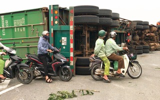 Video: Container lật nhào, văng qua làn xe máy trên quốc lộ