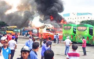 Video: Xe khách bốc cháy dữ dội khi đang đậu trong bến xe miền Đông