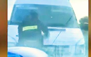 Video: Khoảnh khắc chiến sĩ cảnh sát cơ động bám vào xe ôtô trước khi bị cán tử vong