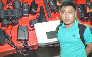 Video: Cảnh sát 113 giả sắm còng, súng, bộ đàm... bị cảnh sát 113 thật khám xét nhà