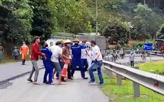 Video: 3 tài xế dừng xe đánh nhau trên quốc lộ 279
