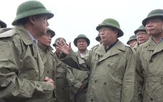 Video: Phó Thủ tướng Trịnh Đình Dũng thị sát tình hình chống bão số 5