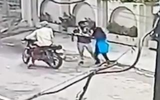 Video: Cô gái bị giật điện thoại giằng co với 2 tên cướp