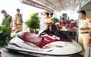 Video: 2 người lướt mô tô nước tử vong vì đâm vào ghe chở cá