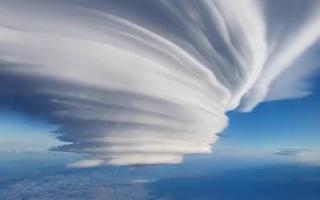 Video: Xuất hiện đám mây dạng thấu kính trên bầu trời