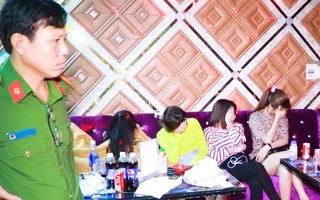 Video: 50 nam nữ 'bay lắc' trong quán karaoke