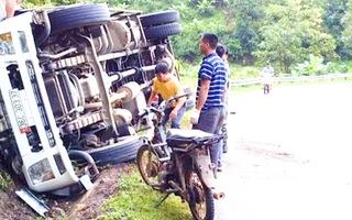 Video: Xe ôtô lật nghiêng giữa đèo Chiềng Đông, Sơn La