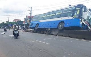 Video: Xe giường nằm tông văng 2 xe máy, nằm vắt vẻo trên dải phân cách