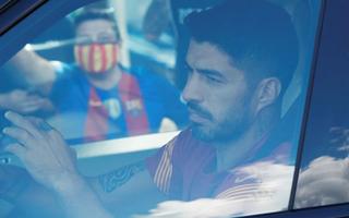 Video: Tiền đạo Luis Suarez cúi đầu lau nước mắt rời sân tập của Barca