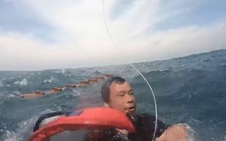 Video: Trực thăng cứu người đàn ông lênh đênh 10 giờ trên biển