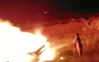 Video: Xe khách bốc cháy sau tai nạn làm 13 người chết ở Pakistan