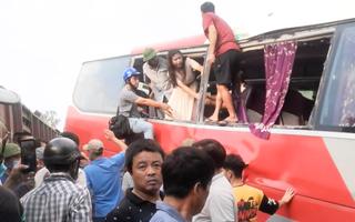 Video: Hiện trường tàu hỏa va chạm với xe chở học sinh ở Hà Nội