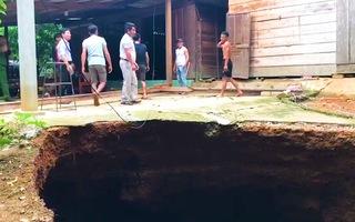 Video: 'Hố tử thần' khổng lồ xuất hiện trước sân nhà người dân ở Quảng Bình