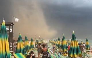 Video: Lốc xoáy và bão cát tấn công bãi biển, nhiều du khách bỏ chạy