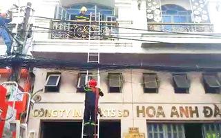 Video: Cháy công ty, nhiều người đu dây vải thoát thân, 2 người mắc kẹt