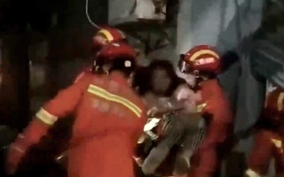 Video: Ôtô húc xe máy, tông sập cửa hàng khiến 2 người bị chôn vùi
