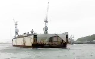 Video: Ụ nổi đứt neo đâm va hàng loạt tàu chiến tại Nga