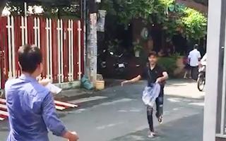 Video: Giật heo quay cúng cô hồn, chủ nhà chạy theo đưa thêm bịch nước chấm