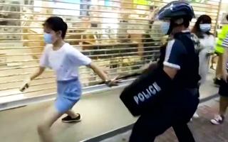 Video: Cảnh sát Hong Kong bị chỉ trích vì ghì bé gái 12 tuổi xuống đường