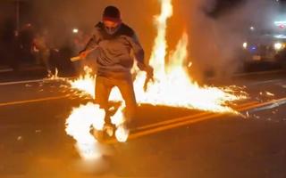 Video: Một nam thanh niên bị lửa bốc cháy trong cuộc biểu tình tại Mỹ