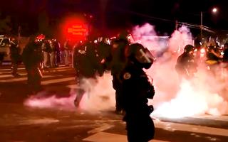 Video: Người biểu tình ném gạch đá, bom xăng về phía cảnh sát ở đêm biểu tình thứ 100 ở Portland