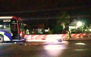 Video: Xe máy bị xe khách giường nằm kéo lê, một người tử vong
