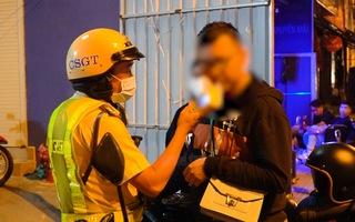 Video: Cảnh sát giao thông xử phạt nhiều 'ma men' đêm cuối năm